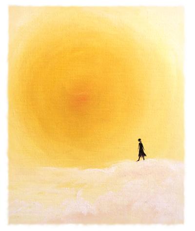mujer andando sobre una puesta de sol
